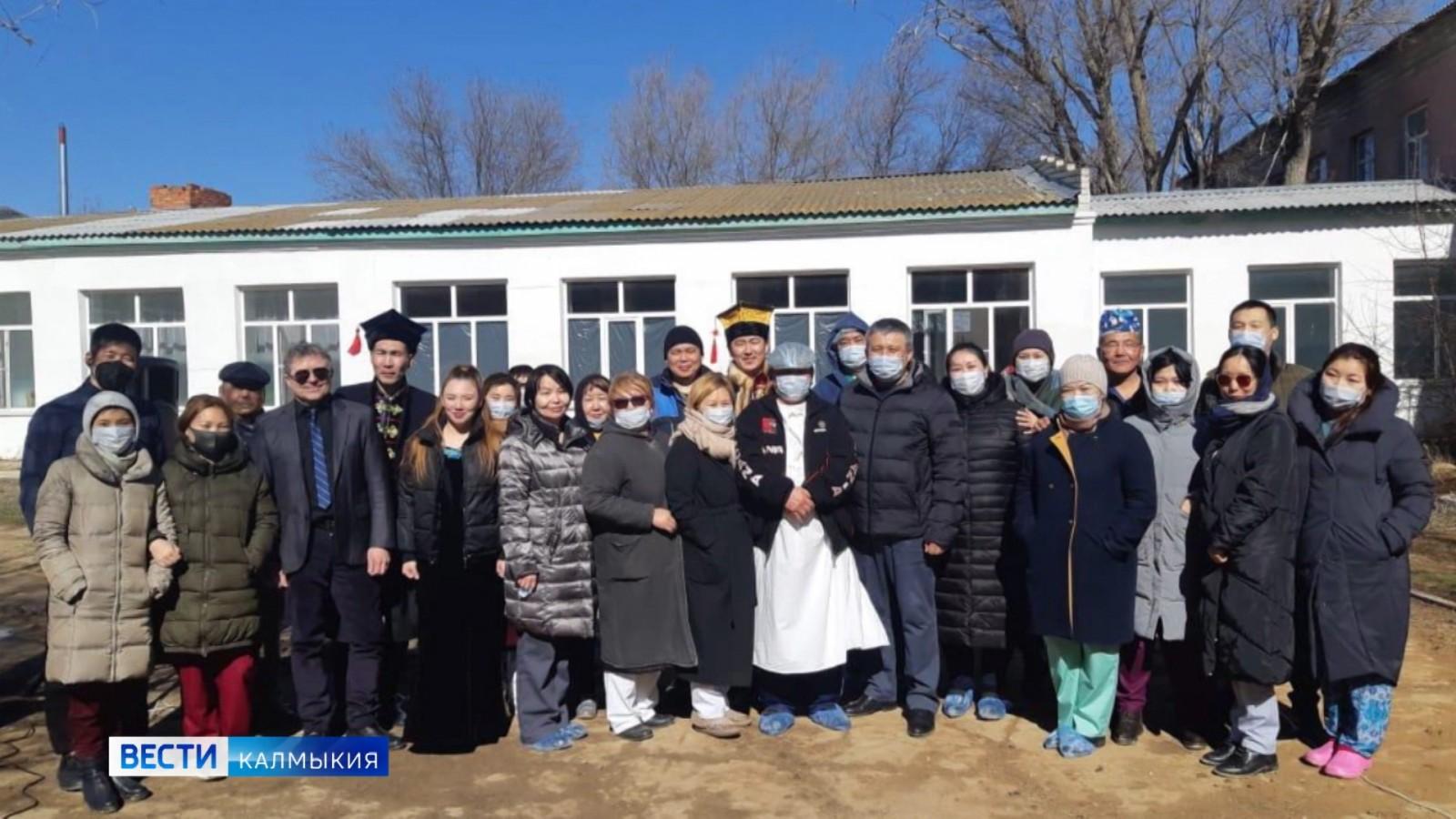 Артисты Целинного района организовали концерт для сотрудников Верхне-Яшкульского инфекционного госпиталя