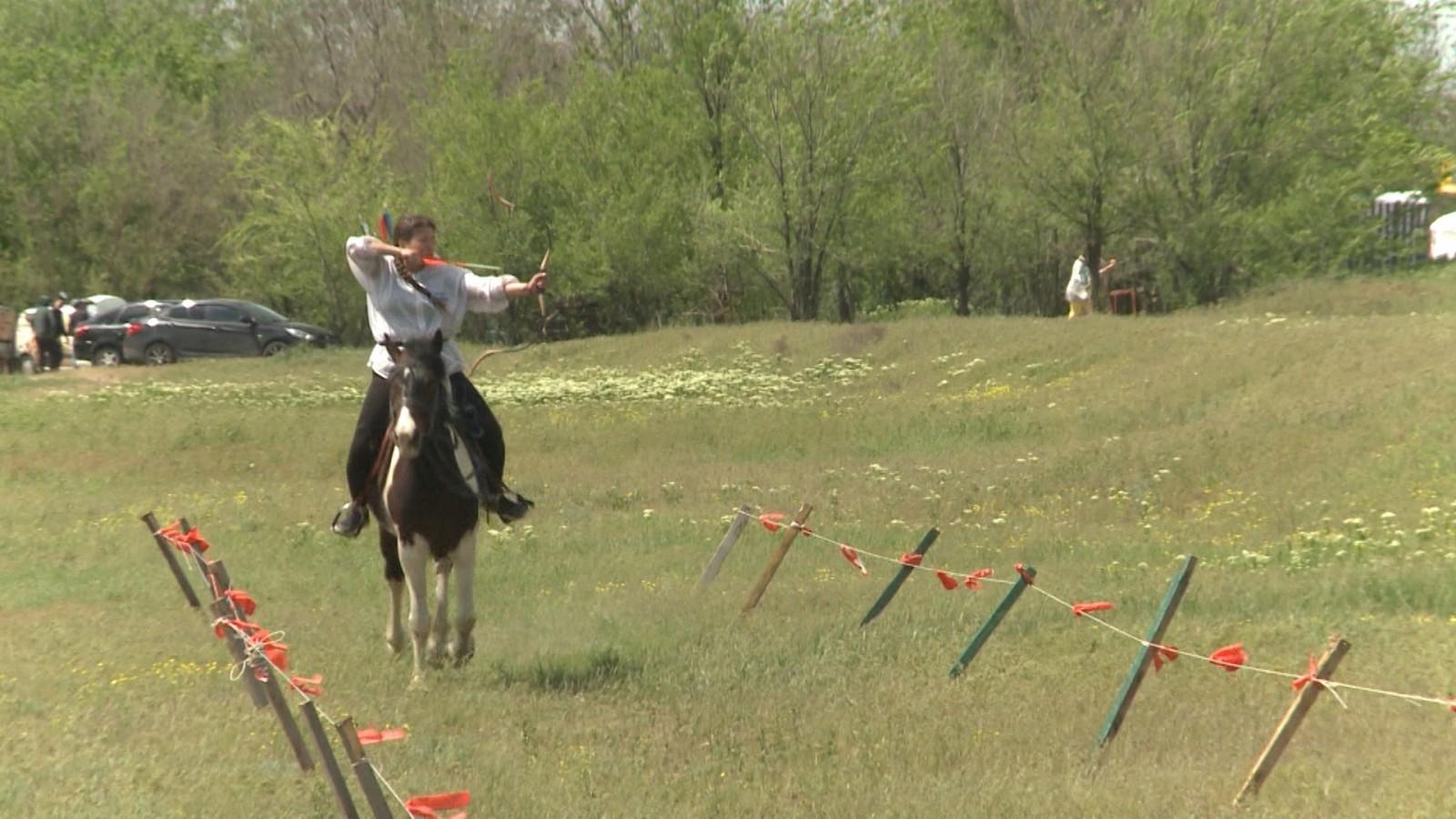 В районе Сити-Чесс состоялся турнир по конной стрельбе из лука и национальной борьбе