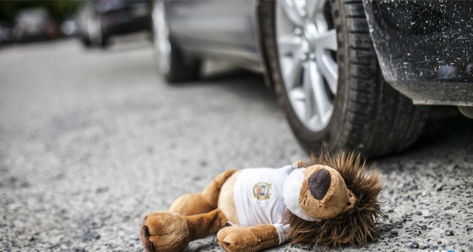 В отношении водителя, сбившего на переходе женщину и ребенка, возбуждено уголовное дело