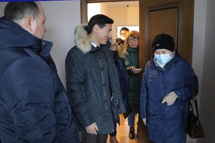Переселенцы из аварийных домов Элисты получают ключи от квартир в новой многоэтажке по улице Некрасова