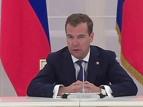 Медведев считает непомерной нагрузку на суды