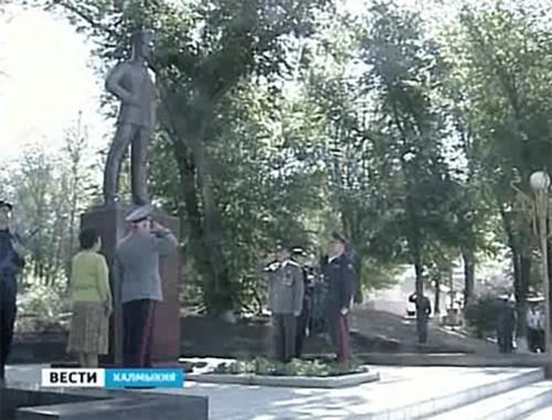 Памятник солдатам правопорядка открыли в Калмыкии