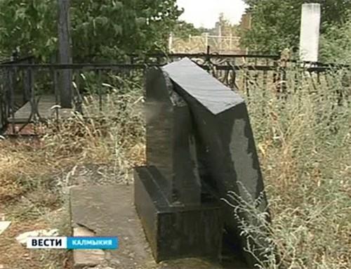 В Элисте вандалы разрушили памятники на кладбище