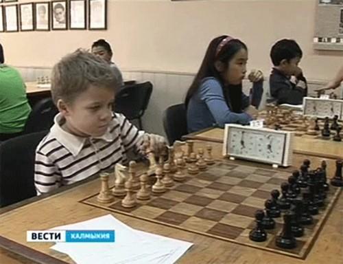 Юные шахматисты сражаются на черно-белых полях