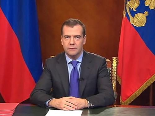 Медведев намерен отдать более сотни полномочий регионам