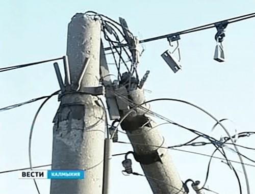 В Элисте сильный ветер срывал крыши и обрывал провода