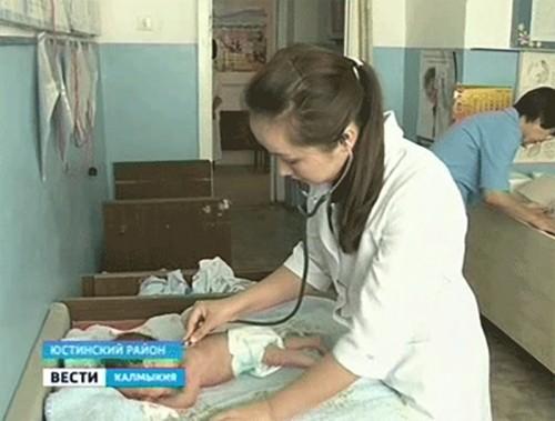 В Юстинском районе сертификаты на миллион получили 6 молодых врачей
