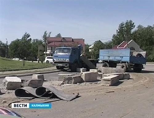 Груженый бетонными блоками «КамАЗ» протаранил 2 легковушки