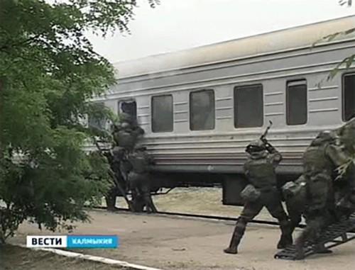Железнодорожный вагон с пассажирами условно захватили и заминировали