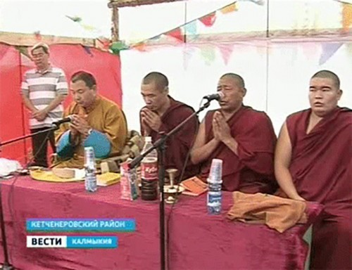 Шаджин-лама Калмыкии провел молебен на месте строительства ступы
