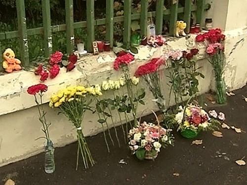 На место гибели детей на Минской улице в Москве несут цветы и игрушки