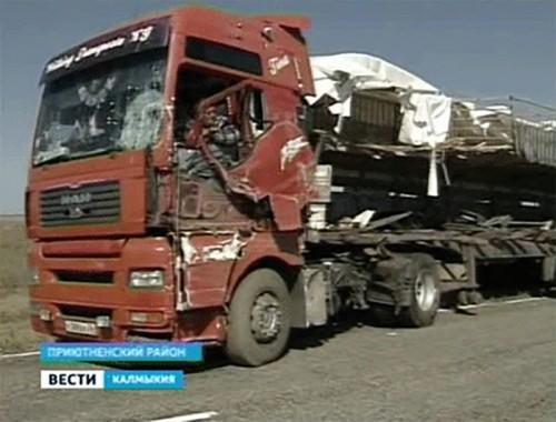Под Элистой столкнулись два грузовика