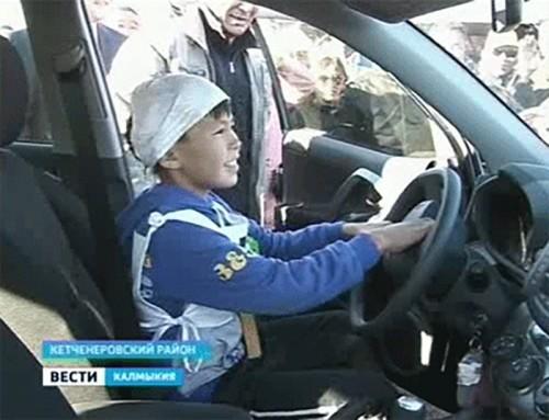 Главный приз скачек, «Toyota Rav 4», завоевал самый молодой наездник