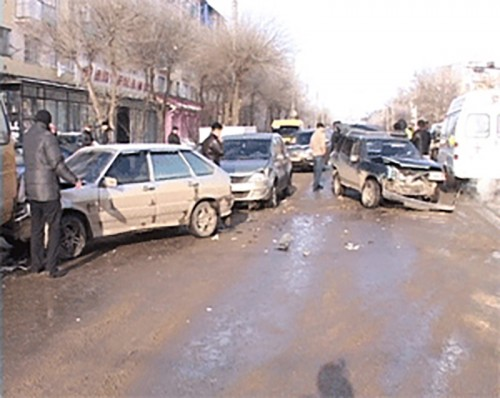 Шесть автомобилей столкнулись в 1 микрорайоне Элисты