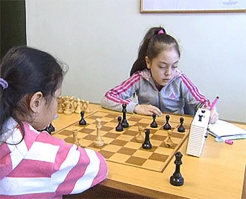 Школьники Калмыкии сражаются на черно-белых полях
