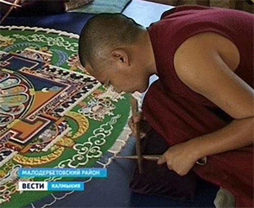 Монахи тибетского монастыря возводят мандалы в Калмыкии