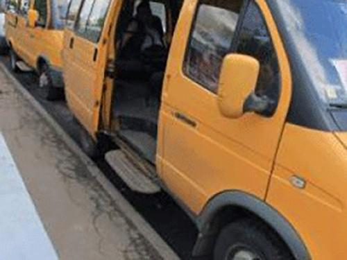 В Элисте из поехавшего с открытой дверью маршрутного такси выпал пассажир