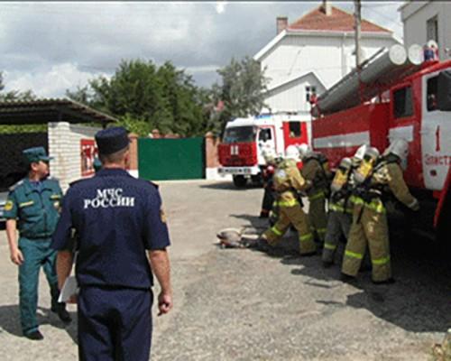 Калмыцкие спасатели потушили условный пожар в элистинском кинотеатре