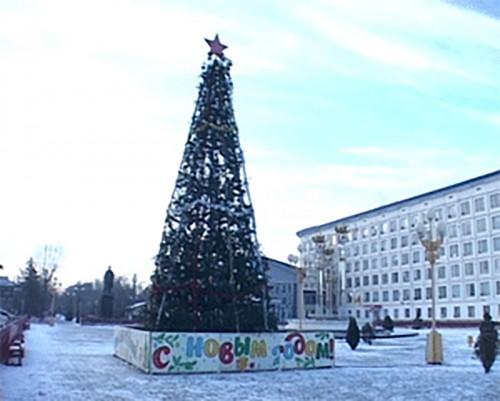 В центре Элисты установили 15-метровую новогоднюю елку
