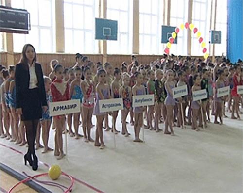Около 300 гимнасток принимают участие в открытом чемпионате в Элисте