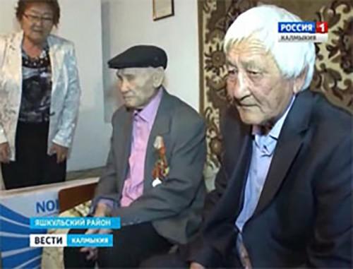 Глава Калмыкии поздравил ветерана-долгожителя