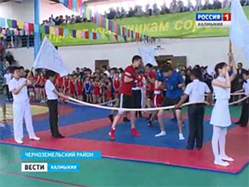 В поселке Комсомольский открыли физкультурно-оздоровительный комплекс и стадион