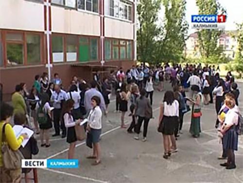 Выпускники 11-х классов сдают письменную часть ЕГЭ по иностранному языку