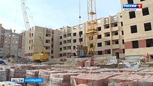 К концу мая 124-квартирный дом в 10 микрорайоне будет возведен под крышу