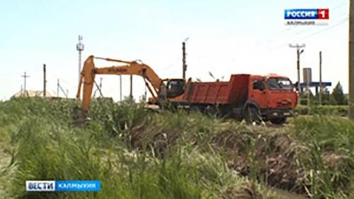 Проблемные участки русла реки Элистинка продолжают расчищать