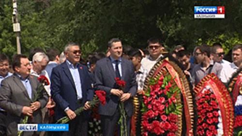 Жители Калмыкии почтили погибших в годы ВОВ минутой молчания