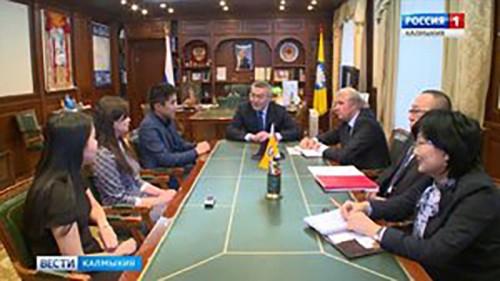 Глава Калмыкии встретился с участниками фестиваля молодежи