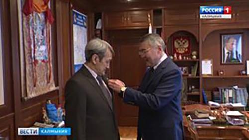 Алексей Орлов вручил медаль «Памяти Героев Отечества» Виктору Хонгорову