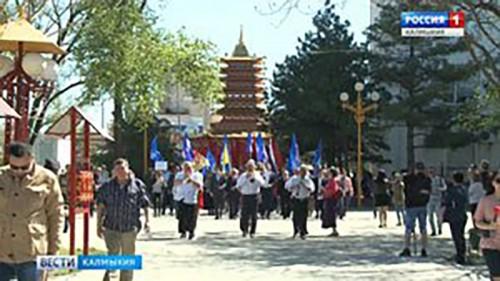 Жители Калмыкии прошли в первомайском шествии