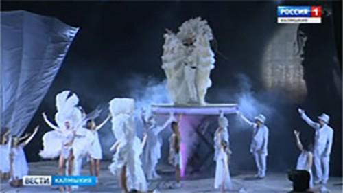 Элистинцы оценили феерическое шоу Филиппа Киркорова