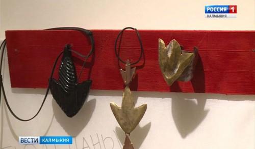 В Национальном музее открылась выставка художника-ювелира Цаганы Бадаевой