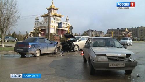 В Элисте столкнулись три автомобиля