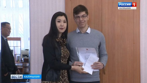 Марина Мукабенова вручила именные стипендии