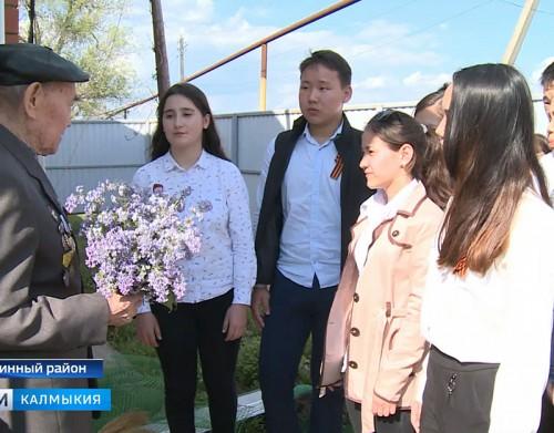 Школьники поздравили участника битвы на Курской дуге