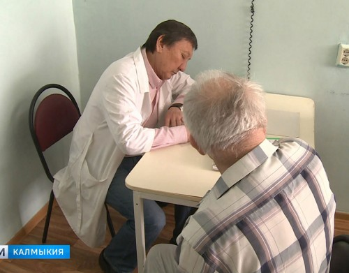 Врачи республиканской больницы провели выездной прием в доме престарелых