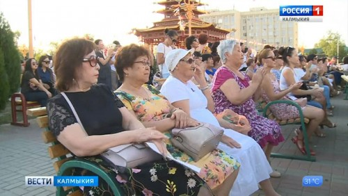 В Элисте отметили день Государственного флага России