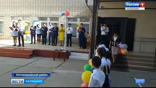 Бату Хасиков поздравил ребят с новым учебным годом