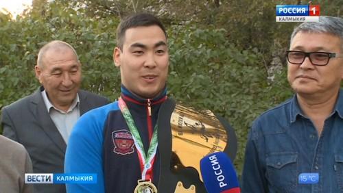 Санджи Каруев стал чемпионом мира по борьбе на поясах