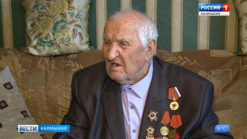 Ветеран Великой Отечественной войны принимает поздравления