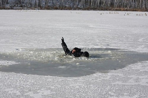 Спасатели оказали помощь рыбакам, провалившимся под лед