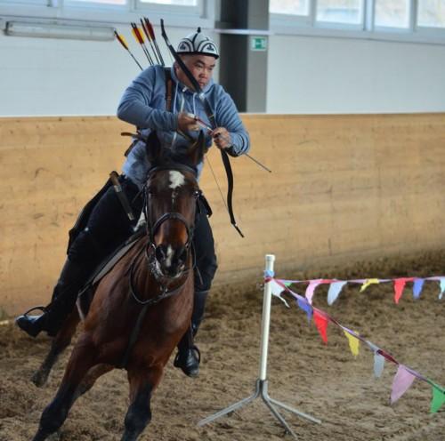 Лучник из Малодербетовского района Хонгр Уладаев возрождает национальное искусство – конную стрельбу из лука
