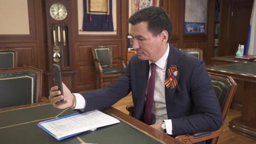 Бату Хасиков поздравил лично по телефону ветеранов Калмыкии