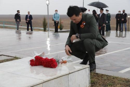 Глава Калмыкии и губернатор Астраханской области почтили память солдат 28-й армии