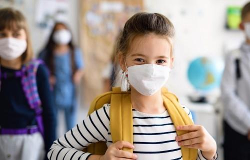 В условиях пандемии кардинально изменилась жизнь школьников и малышей в детских садах