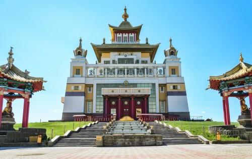 Сегодня в Центральном хуруле «Золотая Обитель Будды Шакьямуни» проходят традиционные монашеские диспуты