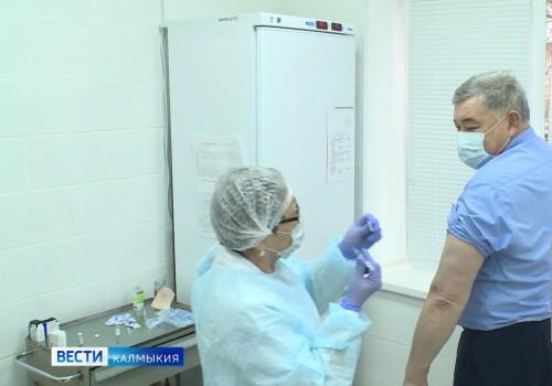 Министр здравоохранения Калмыкии получил прививку от коронавируса